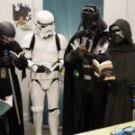 Star Wars Cosplayer lesen Fantasy Bücher